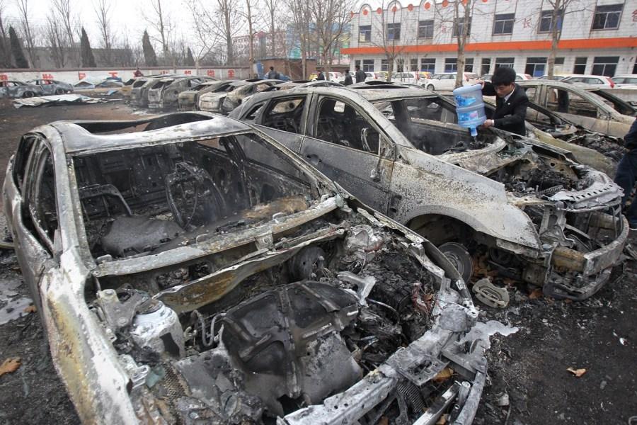 郑州一汽车销售点突发大火 73辆车被烧毁