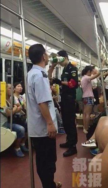 制服男子地铁上饮酒被劝阻:我领导都怕我