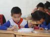 爱玩网小编芬达与洛洛咯给希望小学孩子上手工课